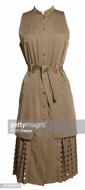 Fashion 'City Safari' Saga africa robe sans manches en coton kaki à grandes poches plissée dans le bas et ponctuée de motifs à trous découpés au laser