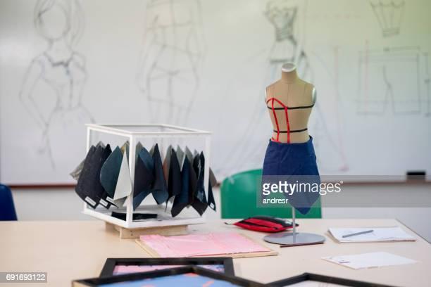 Atelier de design de mode avec des tissus et un mannequin