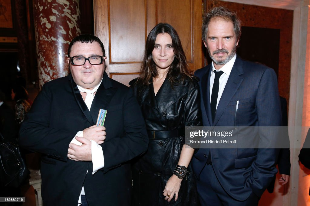 Fashion Designer <a gi-track='captionPersonalityLinkClicked' href=/galleries/search?phrase=Alber+Elbaz&family=editorial&specificpeople=783481 ng-click='$event.stopPropagation()'>Alber Elbaz</a> (L), Director <a gi-track='captionPersonalityLinkClicked' href=/galleries/search?phrase=Christopher+Thompson+-+Actor&family=editorial&specificpeople=695859 ng-click='$event.stopPropagation()'>Christopher Thompson</a> (R) and his wife actress <a gi-track='captionPersonalityLinkClicked' href=/galleries/search?phrase=Geraldine+Pailhas&family=editorial&specificpeople=2444310 ng-click='$event.stopPropagation()'>Geraldine Pailhas</a> (C) - Designer <a gi-track='captionPersonalityLinkClicked' href=/galleries/search?phrase=Alber+Elbaz&family=editorial&specificpeople=783481 ng-click='$event.stopPropagation()'>Alber Elbaz</a> pays tribute to Cesar Baldaccini by an Evening Pic-Nic at the Ecole Nationale Superieure des Beaux Arts de Paris on October 25, 2013 in Paris, France.
