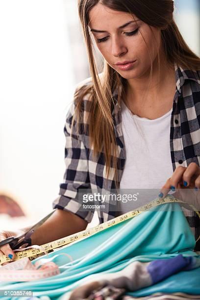Stilista di taglio di tessuto e