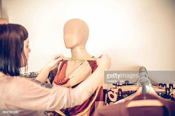 Stilista abito di misura forma su manichino del Sarto, spazio copia