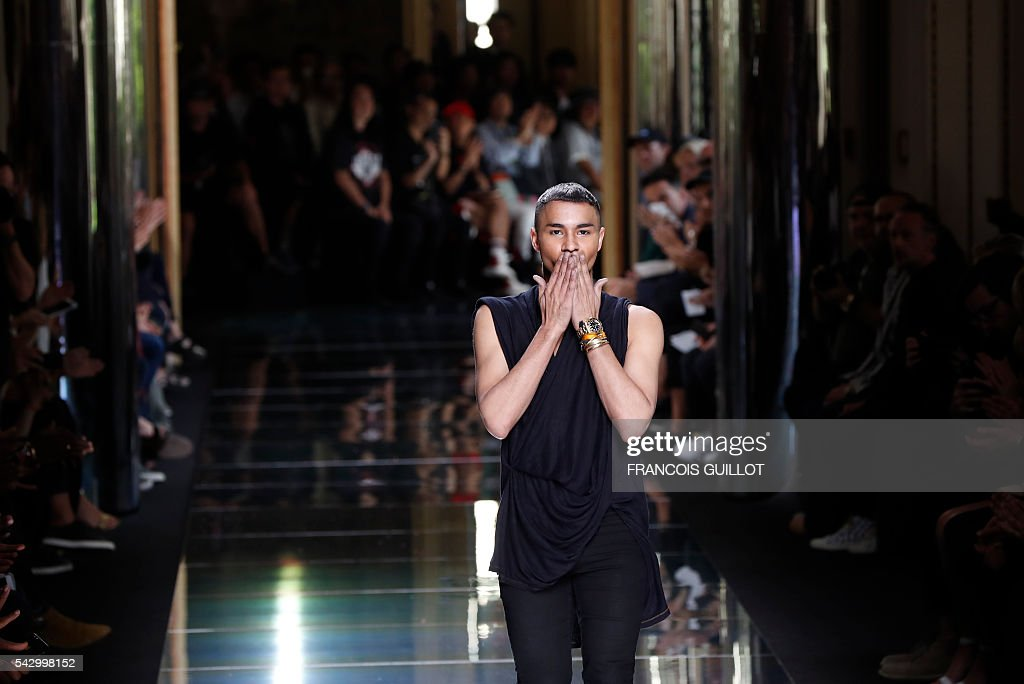 Fashion designer Olivier Rousteing, acknowledges the audience at the end of the his men's Spring/Summer 2017 collection fashion show on June 25, 2016 in Paris. / AFP / FRANCOIS