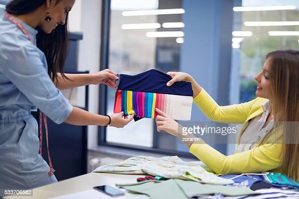 Moda designer scegliendo tessuto campioni di