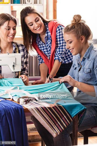 Diseñadores de moda de moda trabajando en el estudio