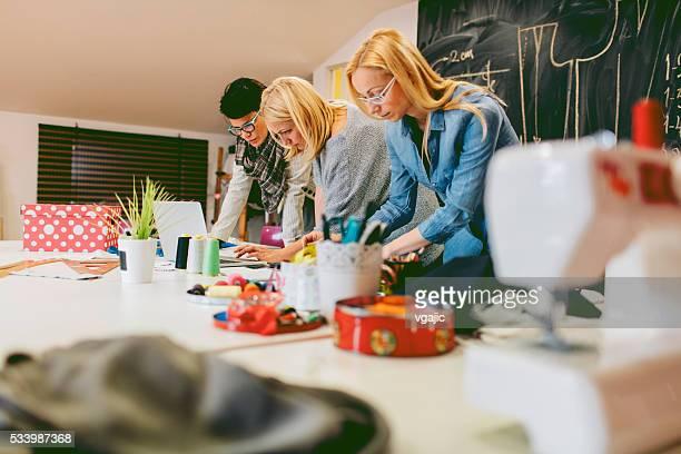 Créateurs de mode travaillant dans son atelier
