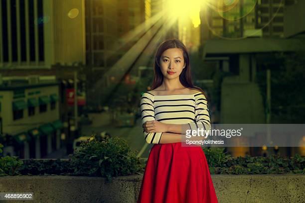 Fashion girl dans le centre-ville de San Francisco pendant le coucher du soleil
