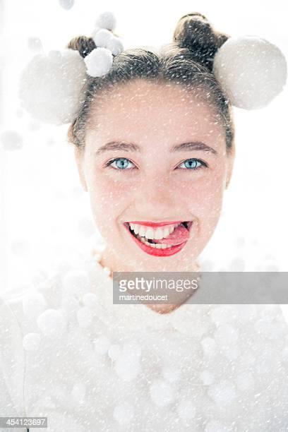 Chica de moda con lápiz labial rojo, navidad Y nieve ornamentos.