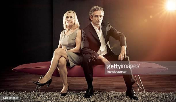 Fashion Älteres Paar Blick in die Kamera und posieren auf sofa