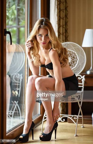 Mode model sitzen in einem Hotelzimmer