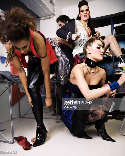 ファッションのモデルの舞台裏を変更