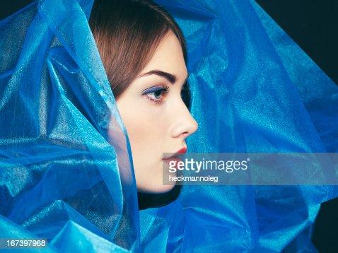 Mode-Foto von schönen Frauen unter blauen Schleier : Stock-Foto