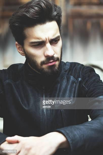 Mode-Porträt von einem hübschen, bärtiger Mann