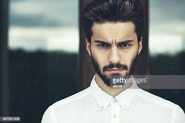 Moda Retrato de um homem barbudo bonito.