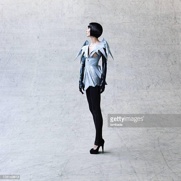 ファッションの肖像画の女性を未来的な服