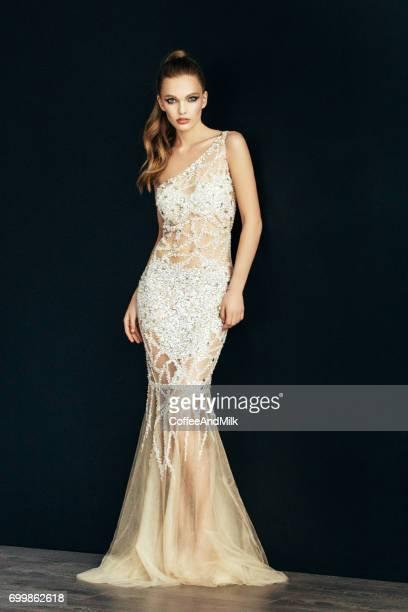 Mode-Portrait von junge schöne Frau im weißen Kleid