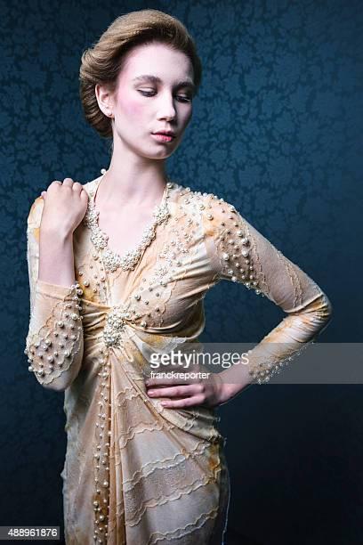 Mode pose d'une femme dans un look de marie antoniette