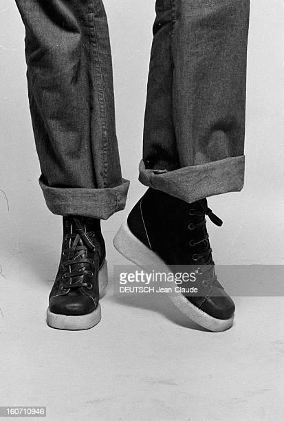 Fashion Shoes With Compensated Insoles France2 Octobre 1972 Mode des talons compensés plan cadré sur un pantalon jeans avec chaussures type sport à...