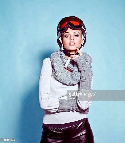 Mode-Schuss von Junge Frau im winter ski-Ausrüstung