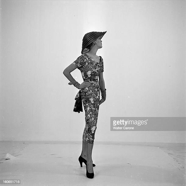 Fashion Springsummer 1953 Paris France février 1953 Mode la ligne de Paris 1953 présentée par les mannequins photographes et magazines Marghareta 20...