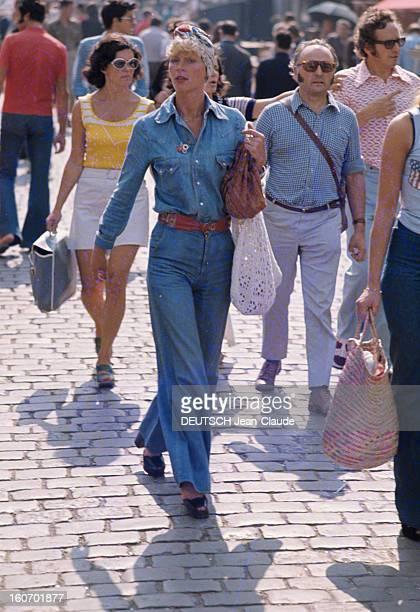 Fashion The Blue Jeans France 1973 L'empire du bluejean Parmi des citadins un turban coloré ceignant son front une jeune femme marche d'une allure...