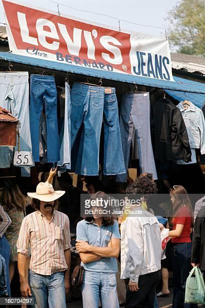 Fashion The Blue Jeans France 1973 L'empire du bluejean Sur un marché un stand LEVI'S JEANS présente une collection de bluejeans suspendus sous...