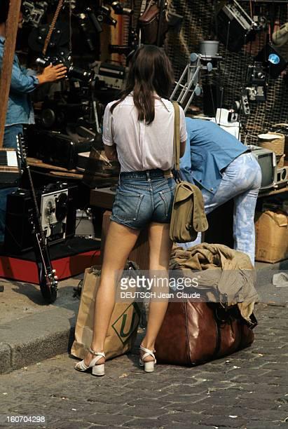 Fashion The Blue Jeans France 1973 L'empire du bluejean Sur un marché aux antiquités une jeune femme vêtue d'un short en jean sur chemise blanche...