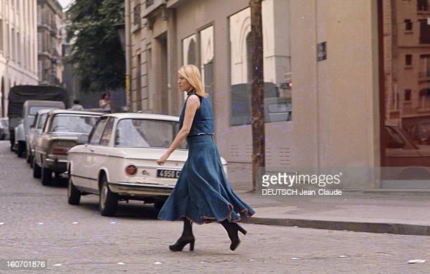 Fashion The Blue Jeans France 1973 L'empire du bluejean Une jeune femme traverse une rue vêtue d'un blouson sans manche en jean sur un long jupon...