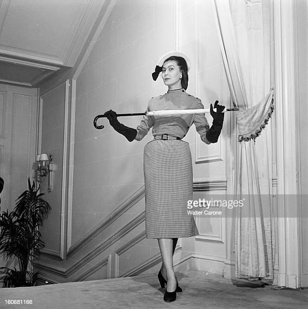 The Collection Christian Dior Shown In London Paris mai 1950 la collection de Christian Dior a été présentée à la Reine Elizabeth et à sa fille la...