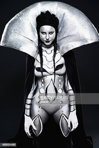 Mode femme peint en noir et argent body art