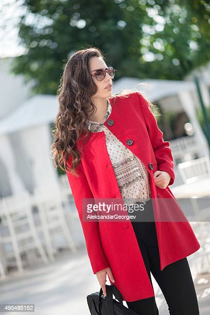 Modische Brunette Geschäftsfrau mit Handtasche Walking im Freien