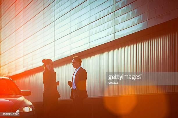 Moderne business-Paar im Gespräch an der Straße, neben dem Auto