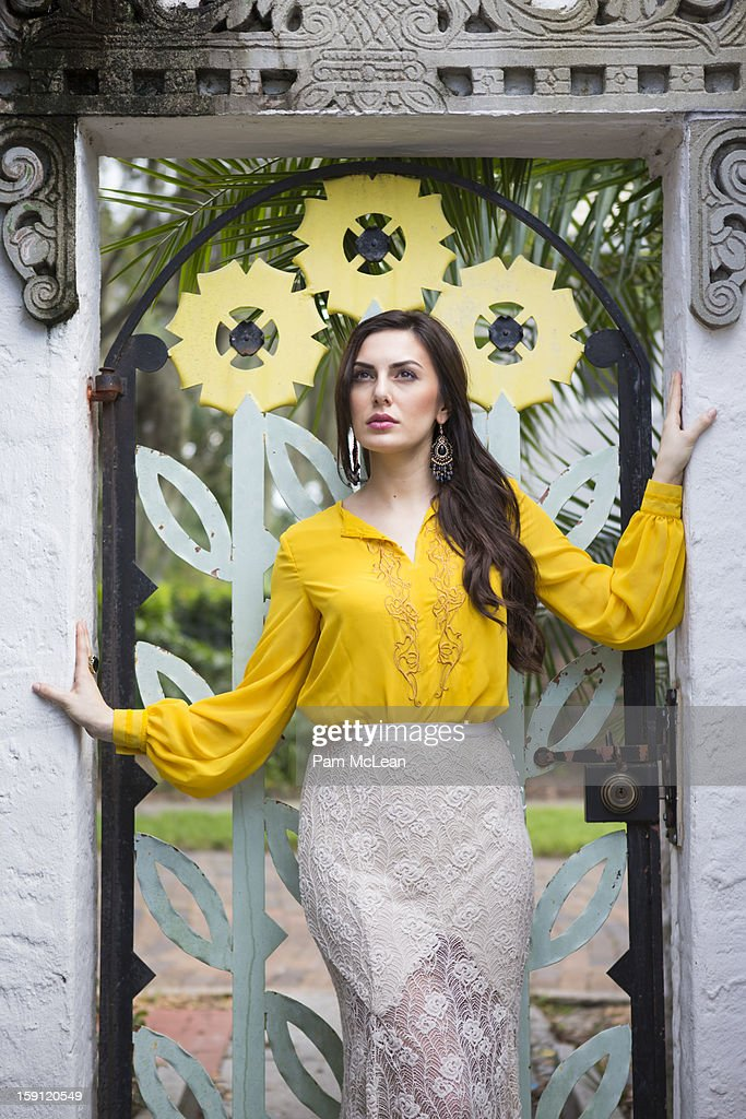 Fashionable Hispanic woman poses in garden : Stock Photo