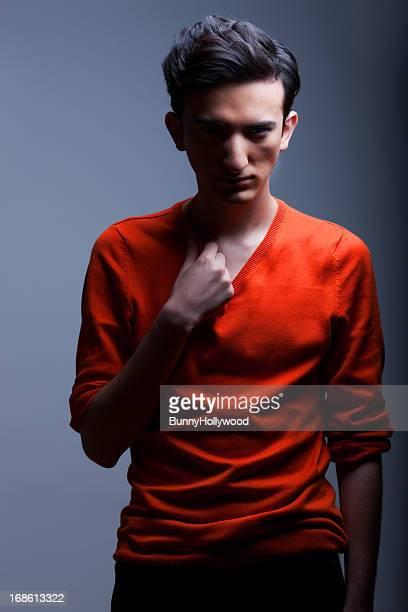 Chic intense jeune homme en pull orange