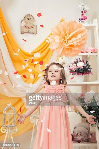 Menina na moda em estúdio Pétalas de peso : Foto de stock