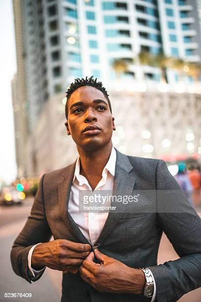 Elegante hombre posando en la ciudad