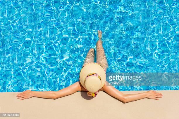 Femme à la mode détente dans une piscine