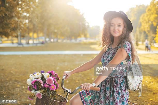 Modische Frau mit Retro Fahrrad