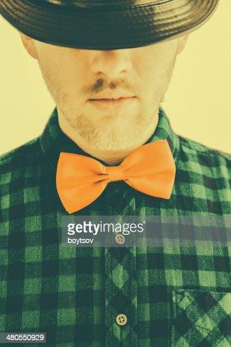Homem na moda oldtimed laço vermelho e Chapéu : Foto de stock
