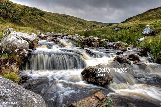 Schnell fließende mountain stream in Brecon Beacons-Nationalpark