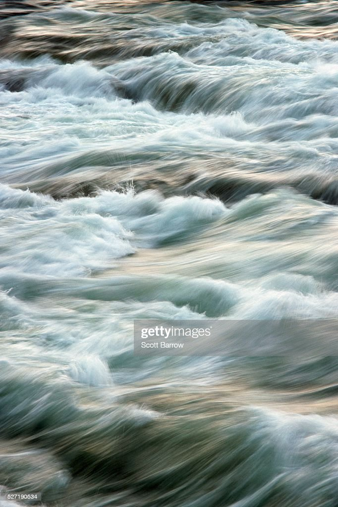 Fast flowing river : Foto de stock