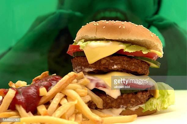 Fast Food Hamburger Frau stürzt sich auf einen Doppelcheeseburger mit Pommes Frites und Ketchup