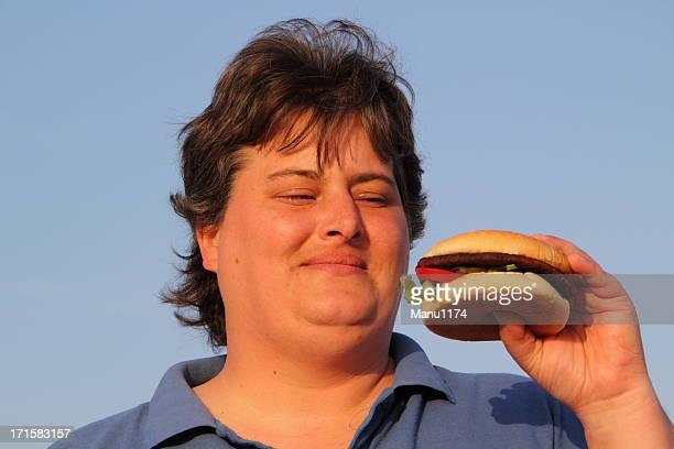 Grasa mujer comiendo hamburguesas