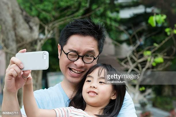 Père et Daugher en Selfie au parc Hong Kong, en Chine