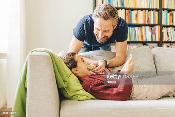 Vater und Tochter zu Hause mit sandwich