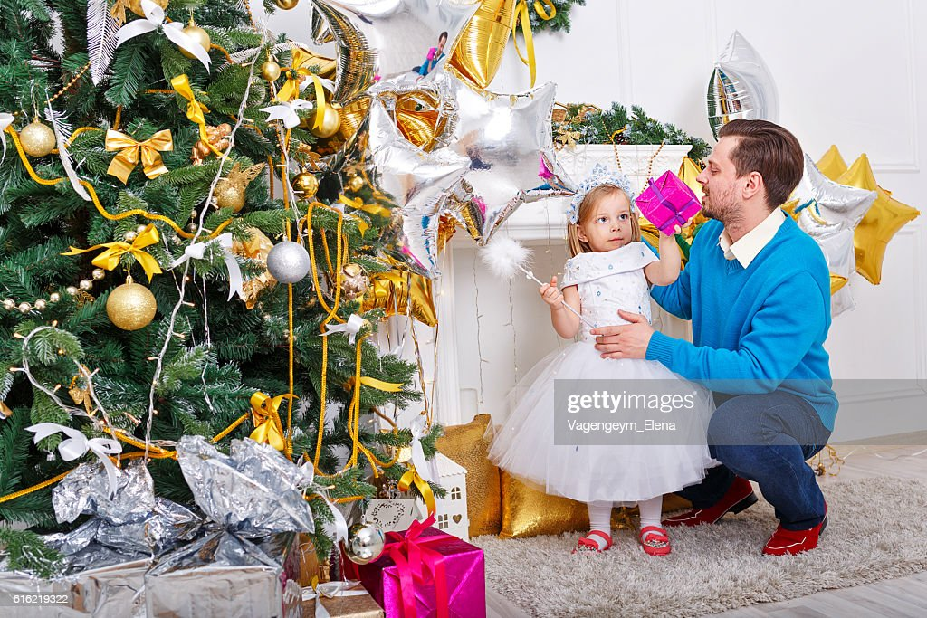 Father and daughter at the Christmas tree. : Stockfoto