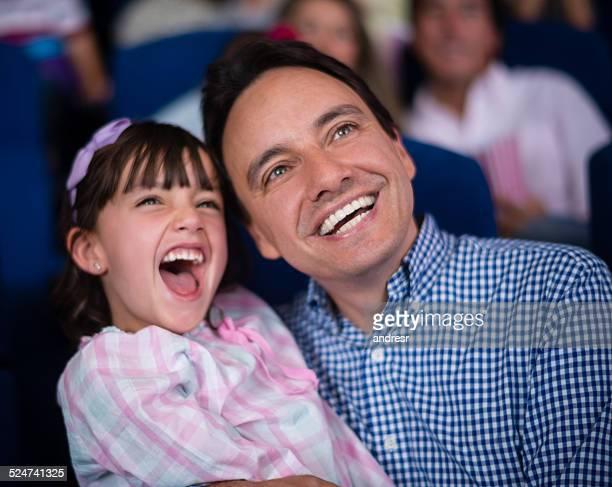 Père et sa fille au cinéma