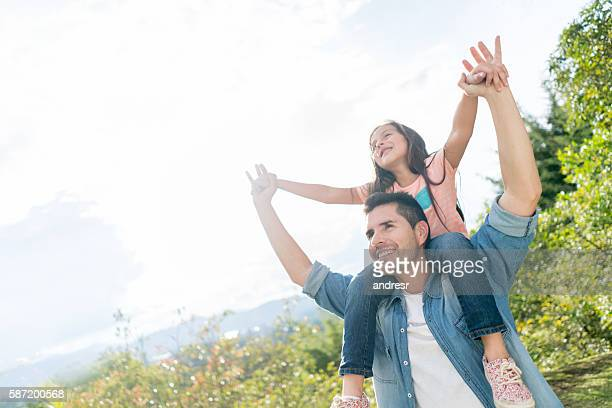 Père et fille dans le parc