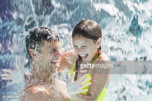 Padre e hija en el parque acuático