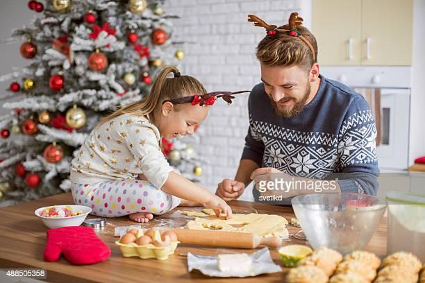 Vater und Tochter Backen in der Küche für die Weihnachtszeit.