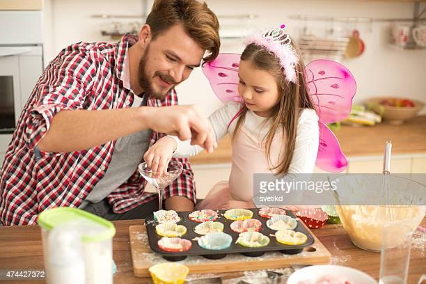 Vater und Tochter Backen in der Küche.